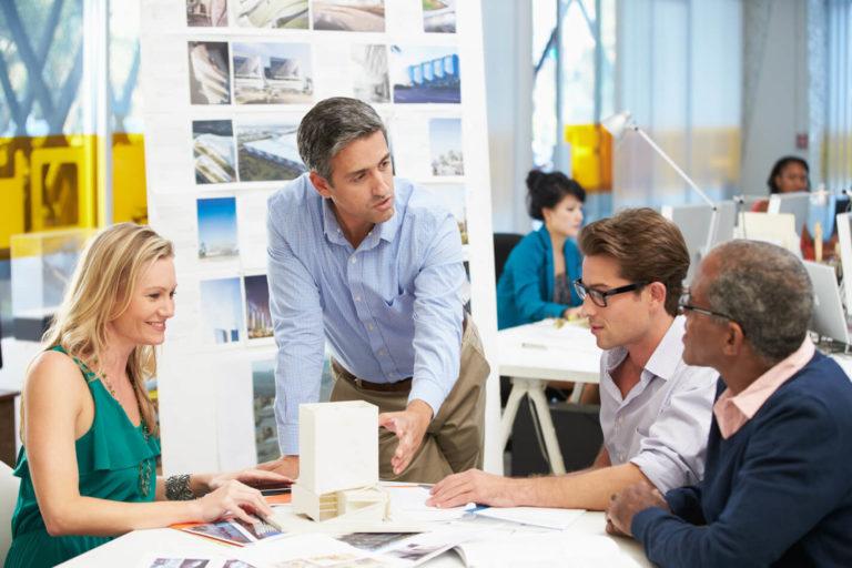 Kunden motivieren Mitarbeiter besser als Manager